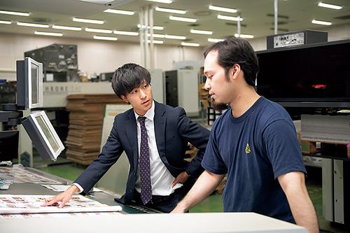 工場で印刷の立ち会い