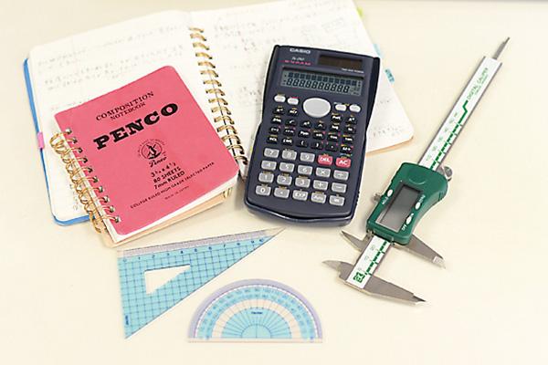 関数電卓、ノギス、三角スケールは 設計ならではの仕事道具。