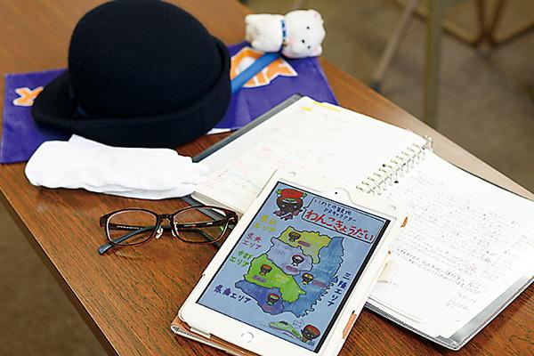 乗務時に身につける帽子や誘導旗。 勉強にはiPadを愛用。