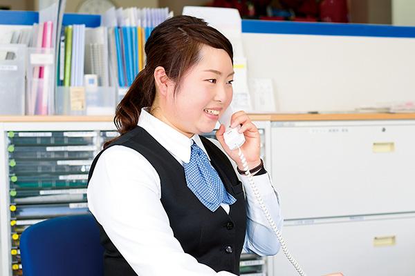 デスクワーク中心なので、 電話対応をすることも多いです。