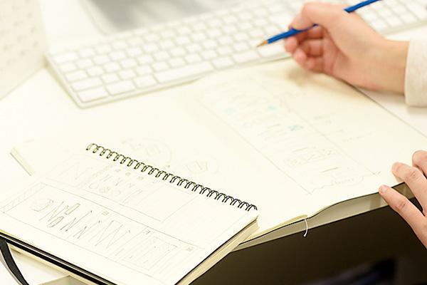仕事の概要やデザインの ラフスケッチをノートに書き留めます。