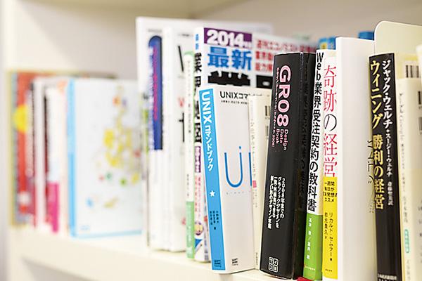 本棚にはデザインやWebサイト などに関する本がずらり。