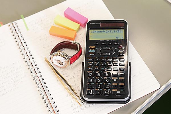 ピンセット、関数電卓などを使用します。 愛用時計はもちろんSEIKO!