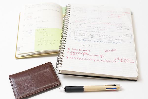 三色ボールペンは使いやすいものを 吟味。替え芯も常備しています。