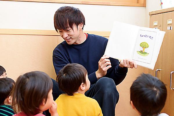 担当クラスの子どもたちに読み聞かせ。 やっと慣れてきました。