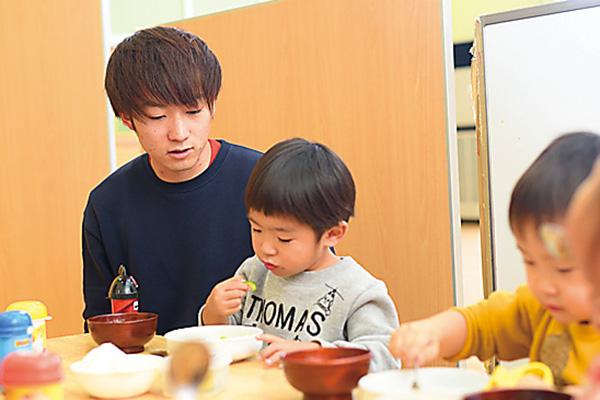 お昼は子どもたちの補助をしながら、 食欲などをチェック。