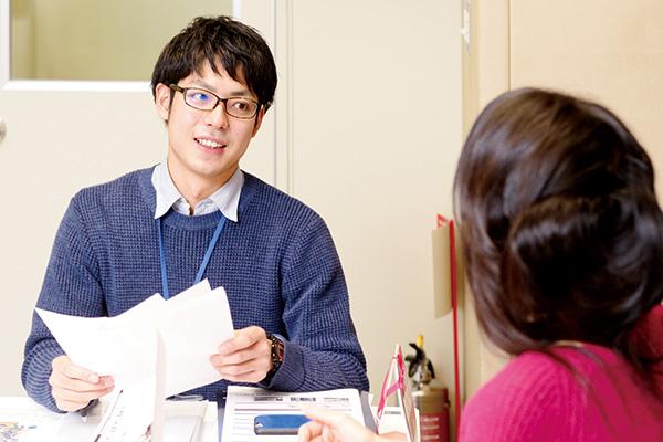 社内の同僚とのコミュニケーションは大事な情報収集源。