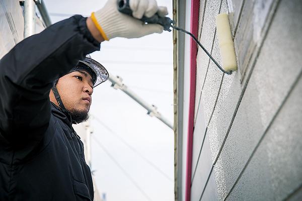 お客様の住宅での外壁塗装の作業。 丁寧な作業が自慢です。