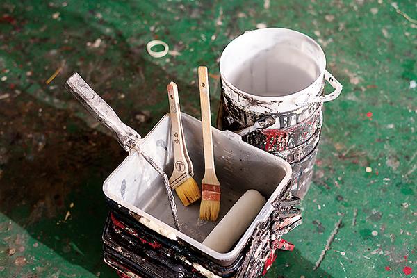 仕事に欠かせない相棒たち。 使う塗料や道具もこだわっています。