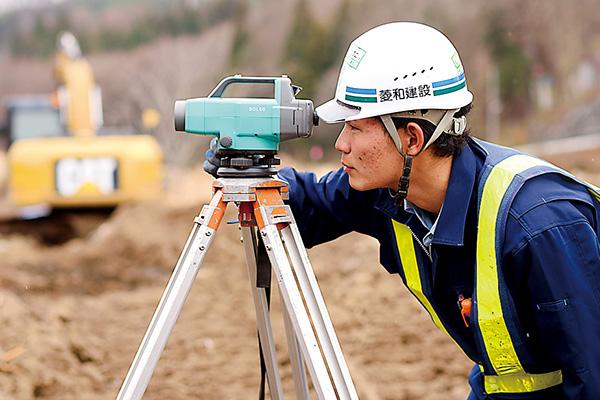 地形や構造物の位置関係を 把握するための測量は工事の基礎。