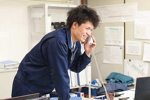 内勤と連携をとったり部材の発注を します。事務所外では携帯が必須!