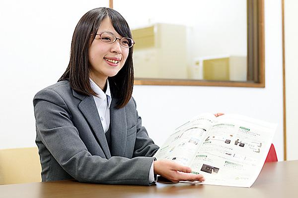 カタログを見せながらお客様に ご提案。日々商品の勉強です!