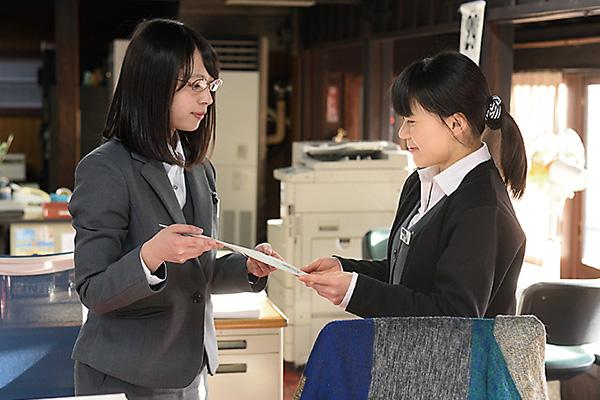 担当している商品の請求書などの 書類を総務部へ届けます。