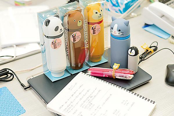 自社の文房具を愛用。動物シリーズの ペンケースがすごく可愛い!