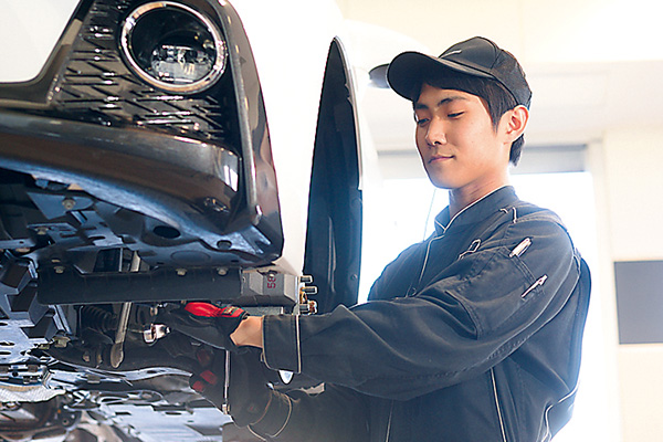 自動車の隅々まで仕組みを知ることが できるのは整備士ならでは。