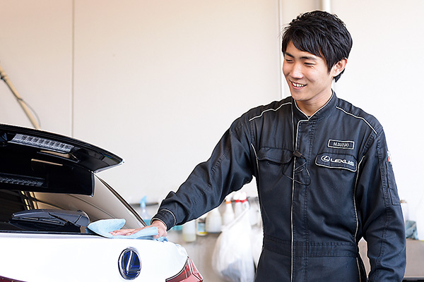丁寧な洗車で車をピカピカにして お客様にお渡しします。